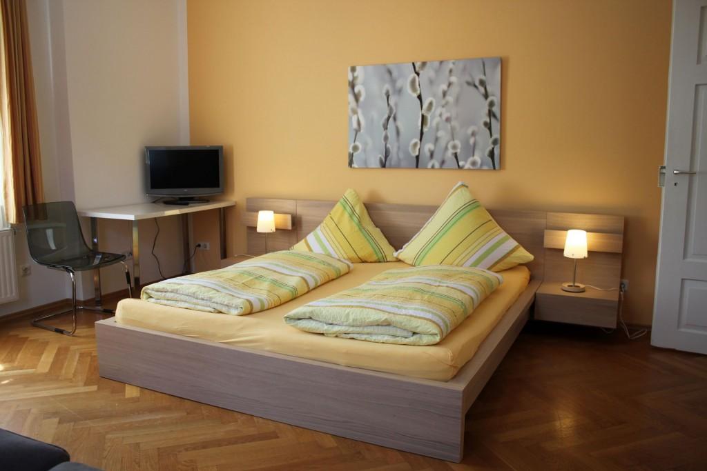 wohnobjekt sw03c 2 zimmer wohnung nahe hbf bed and breakfast regensburg. Black Bedroom Furniture Sets. Home Design Ideas